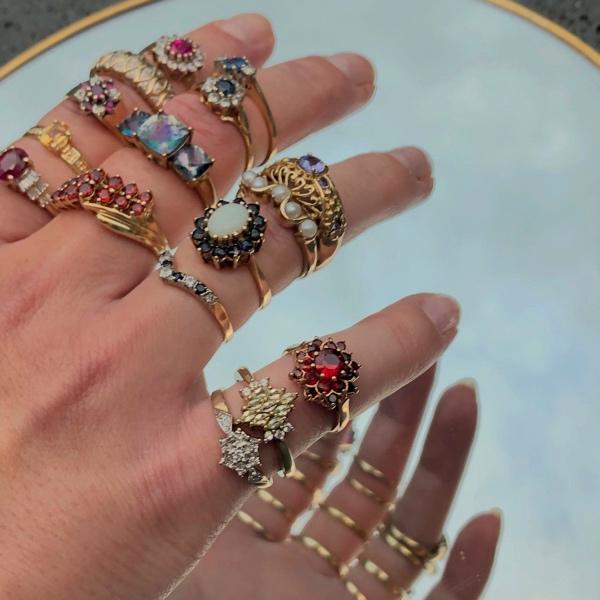 veel gouden ringen om vingers van sieradenmeisje