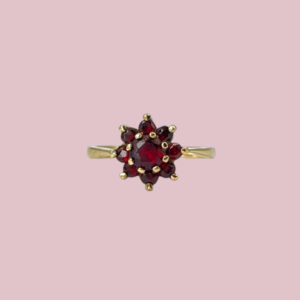 ring met bloem van granaat