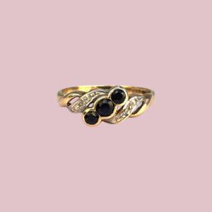 vintage ring met drie zwarte saffieren en diamantjes
