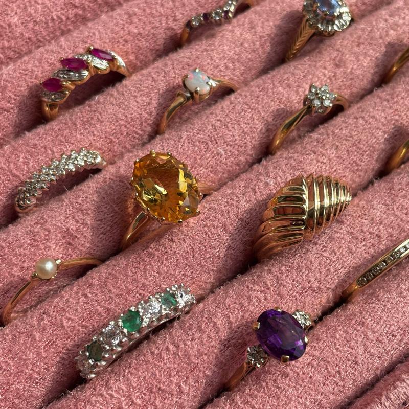 vintage ringen in roze doos
