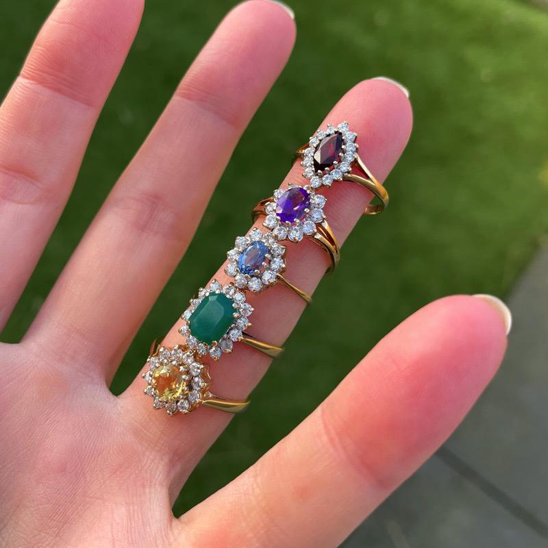 cluster ringen met gekleurde edelsteen entourage