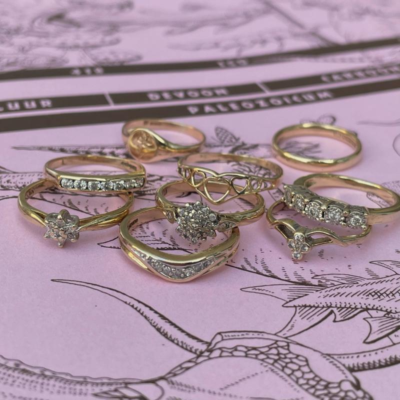 stapel ringen van goud met diamant