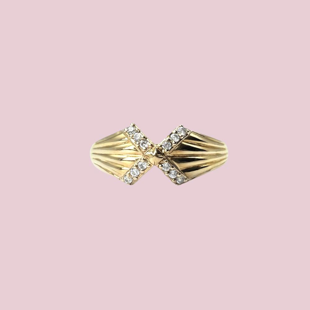 9k gouden ring met diamantjes in kruis
