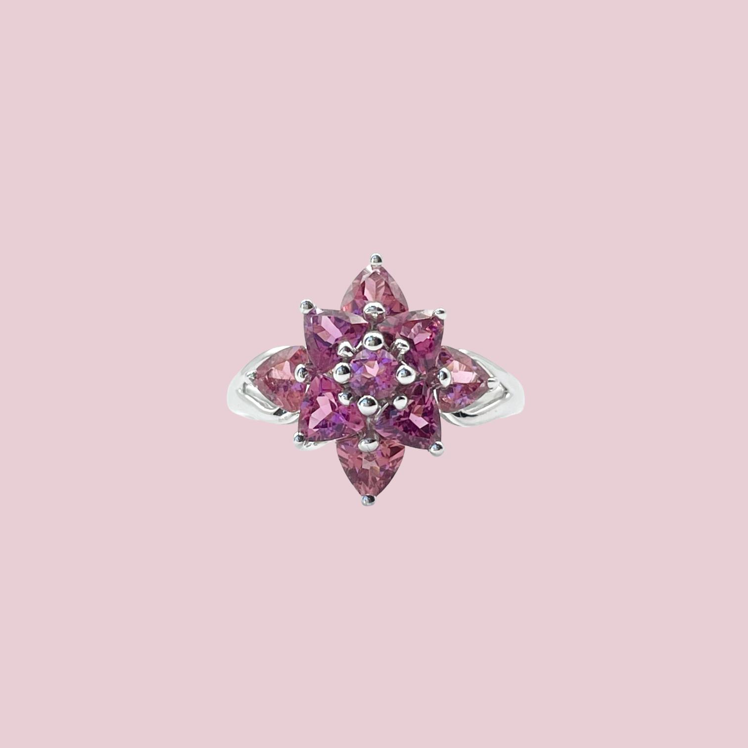 vintage ring witgoud met bloem van roze steen rhodoliet granaat